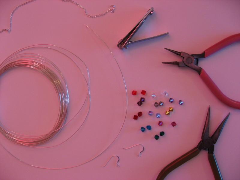 Сперва берем круглые плоскогубцы и начинаем... серебристые крючки - серебристая цепочка - провод - бисер...