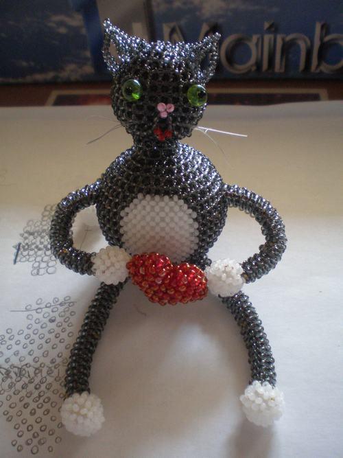 объемного кота из бисера.