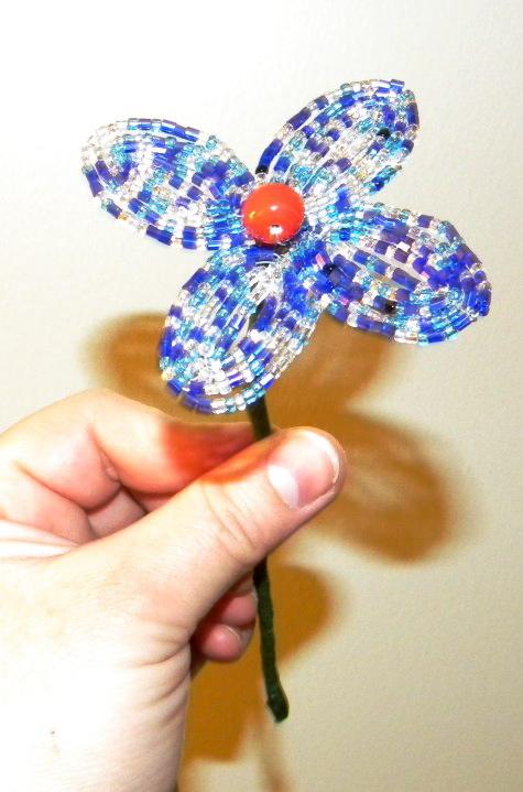 Чтобы сделать букет, производим еще несколько цветков, используя разный бисер.  Набив руку, вы сможете смело сочетать...