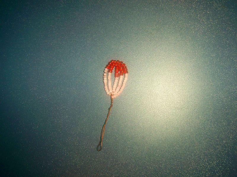 Осталось сделать верхний, большой лепесток орхидеи из бисера.  Он состоит из семи пар дуг.  На ось нанижем десять...