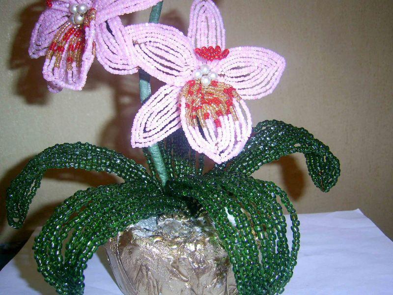 Серединка цветка орхидеи из бисера состоит из четырех.