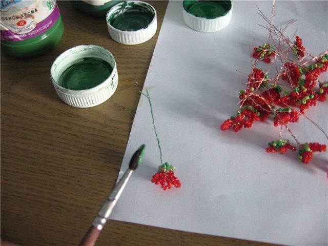Бутоны 1тип бутонов - на тонкую проволоку длиной 10-15 см нанизываем бисер - 2 светло-зелёных, 1...