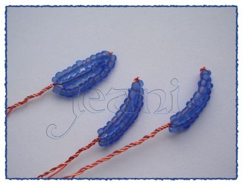 На фото можно увидеть, как выглядит тычинка с лепестками для крокусов из бисера.  Вначале нитками нужно примотать к...