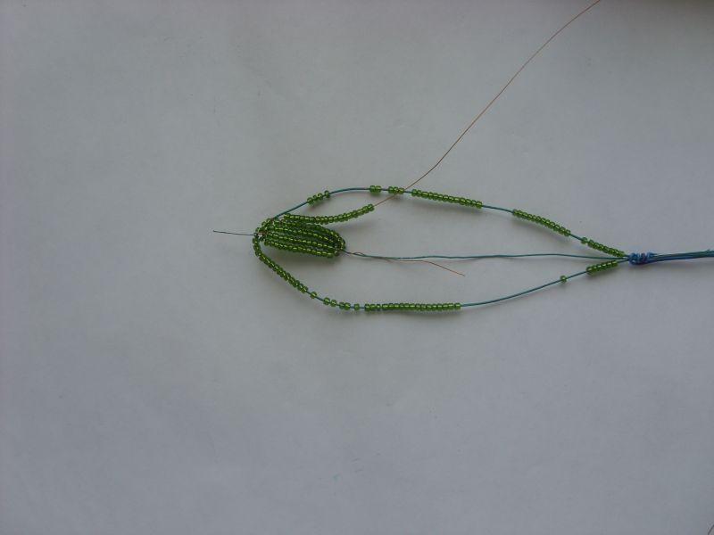 Крепимся к центральной проволоке и первый круг делаем французким плетением.