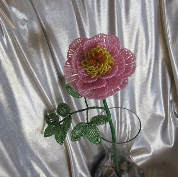 Так как делать одинаковые цветы мне неинтересно, то вместо красного, я решила сделать розовый. пионы из бисера.