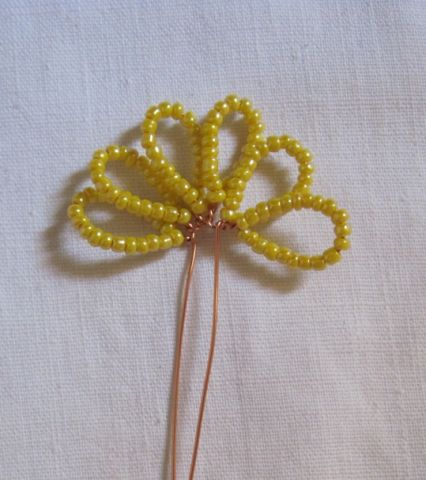 Берем бисер зеленого цвета и, используя метод французского плетения, сделаем листики для пиона из бисера.