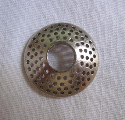 У меня она вот такая - диаметр 2,3 см. 8. Сетка.  Не отрезая проволоку от катушки, набираем бисер и делаем лепесток...