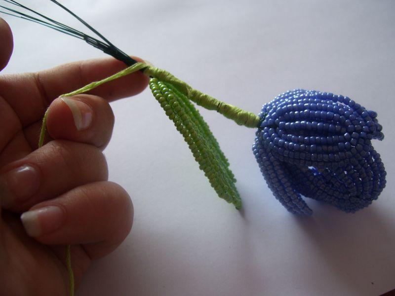 тюльпаны из бисера своими руками.  Для создания тюльпанов из бисера вам нужно приобрести бисер и стеклярус.